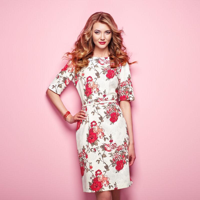 金发少女穿着花式春夏礼服