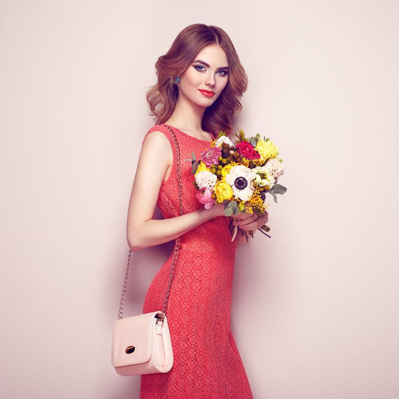 年轻女人穿着优雅的红色礼服