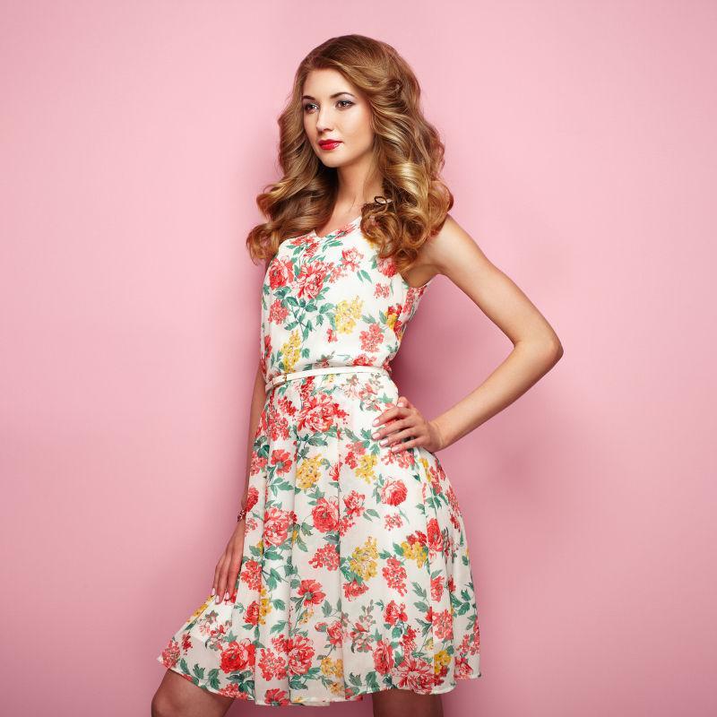 金发少女穿着花式春夏的礼服