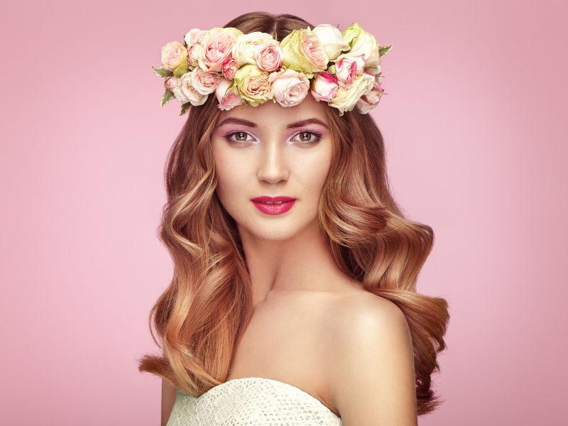 美丽的金发女人头上戴花环