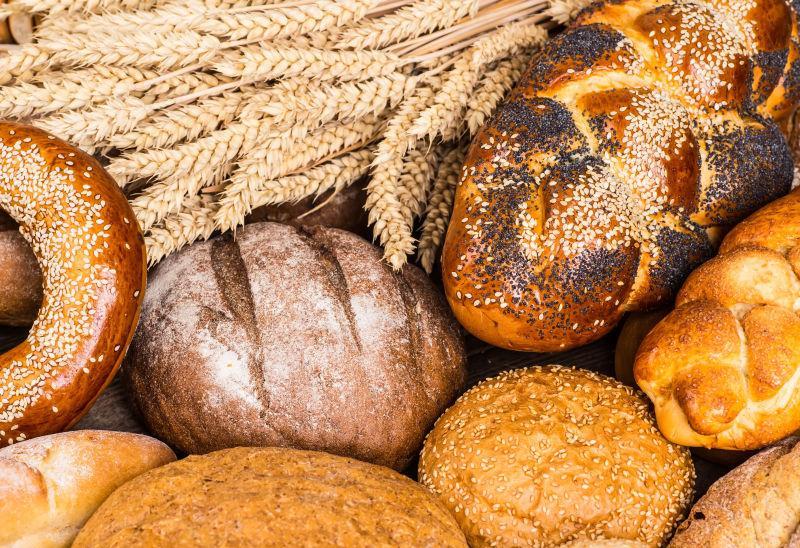 小麦面包上的麦穗