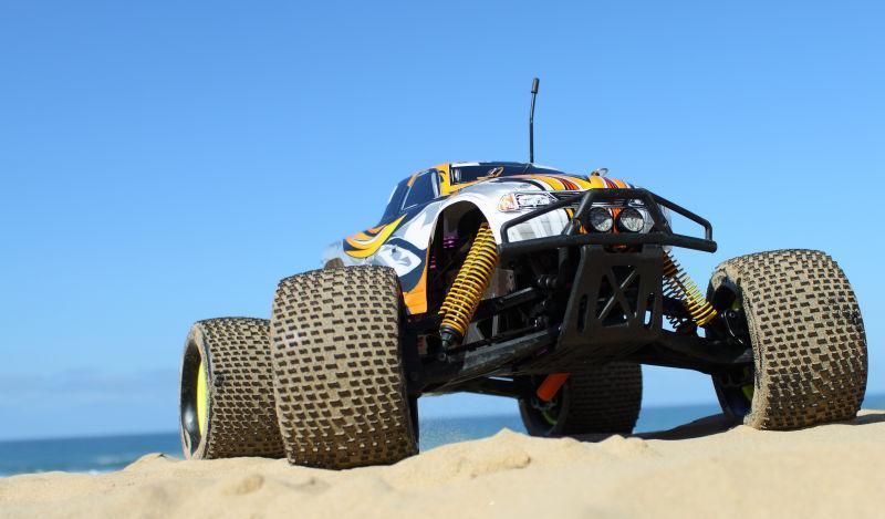 沙丘中的怪物卡车
