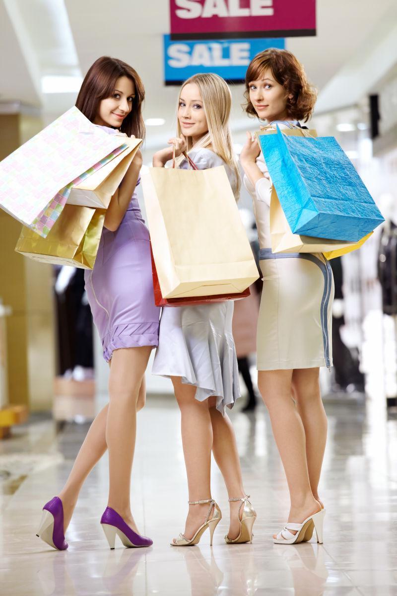 三个漂亮的女朋友在袋子里购物