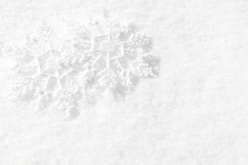 雪地上重叠的雪花