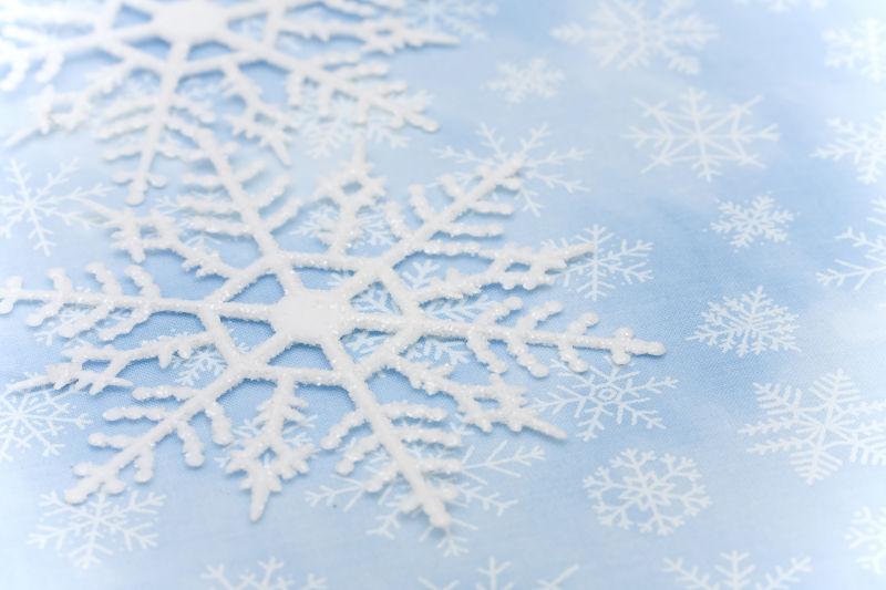 带雪花的蓝色背景