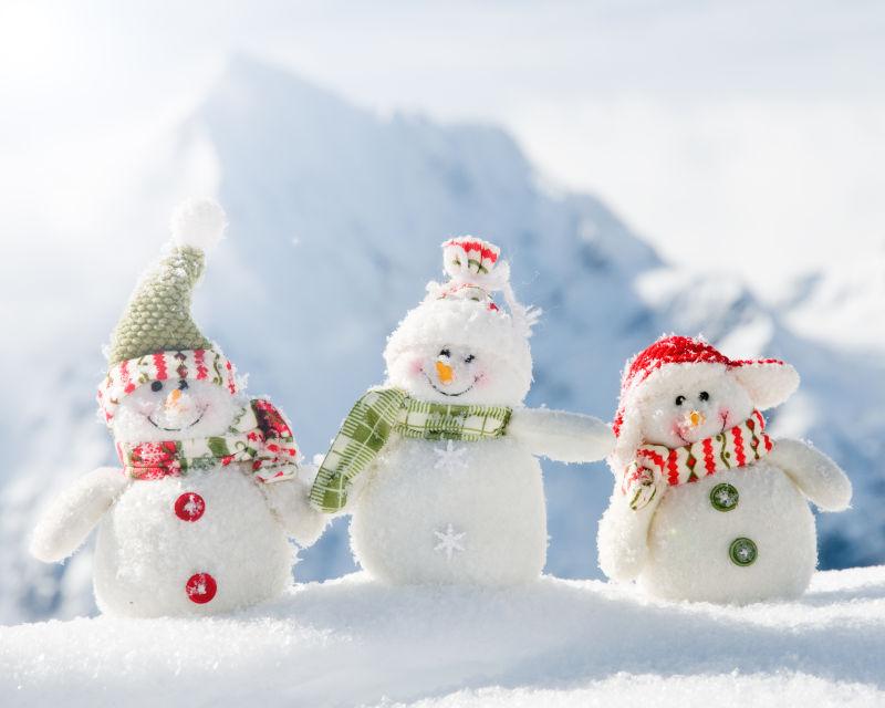 雪地上可爱的三个雪人