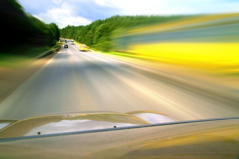 路面上的提速的汽车