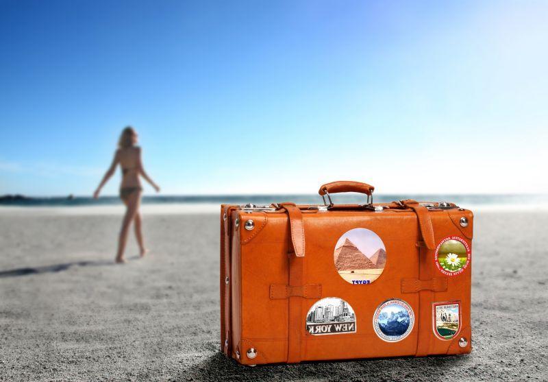 海滩上的手提箱