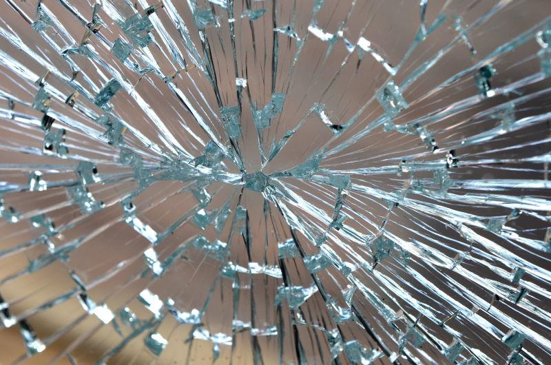 被打碎的玻璃