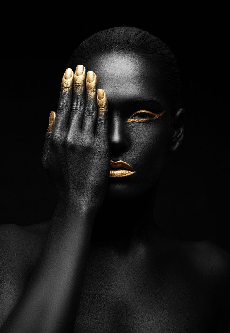 黑色背景上的美女右手挡住半边脸