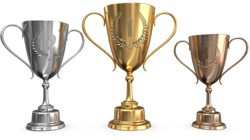 白色平台上三种不同的奖杯