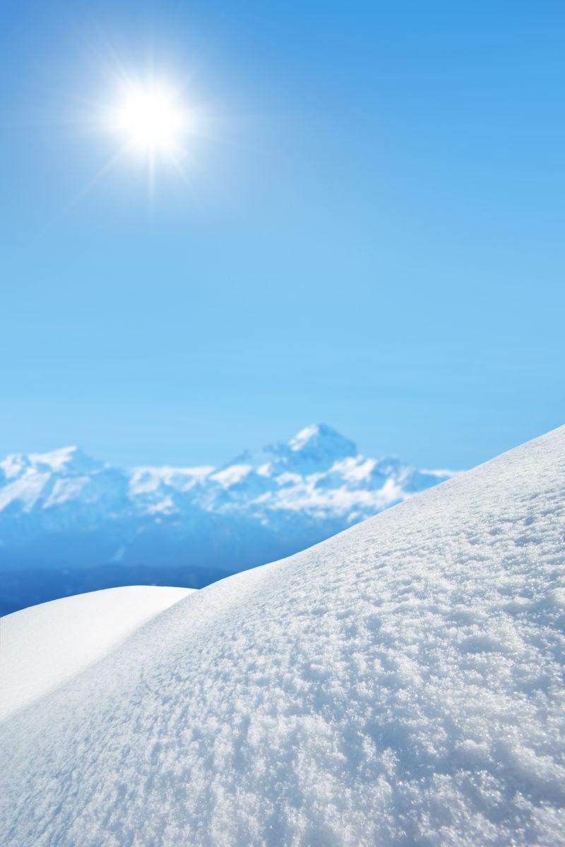 阳光下的冬日群山