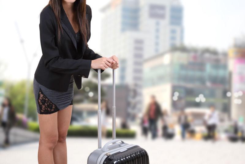 拿着行李箱旅行的美女