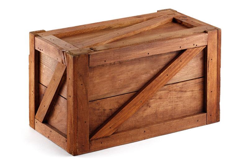 白色背景上封闭的木箱