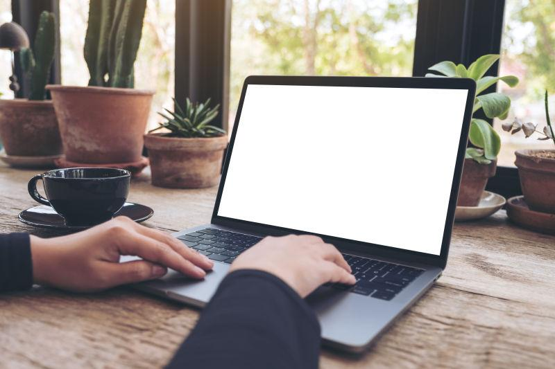 咖啡桌上使用笔记本电脑的人