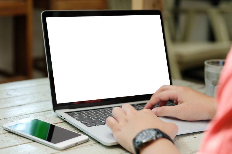 男士使用笔记本电脑