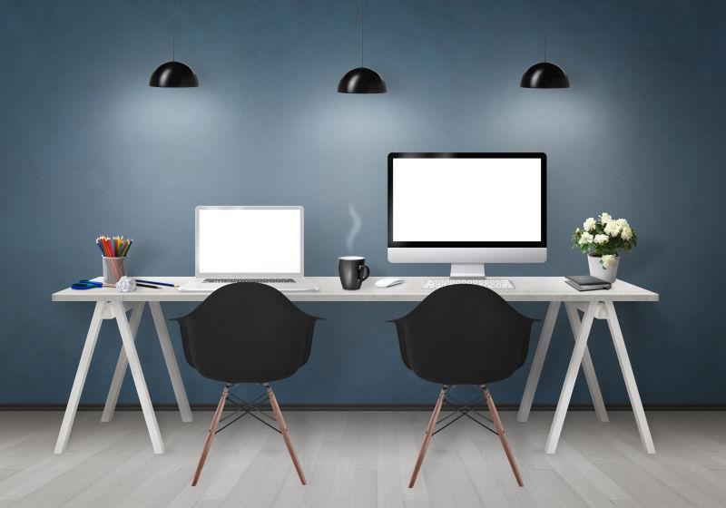 白色办公桌上的两台电脑