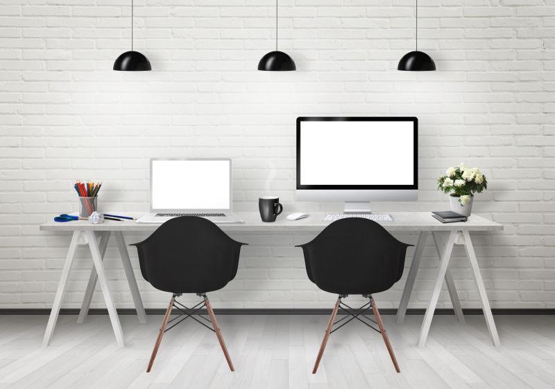 墙面下放着电脑的办公桌