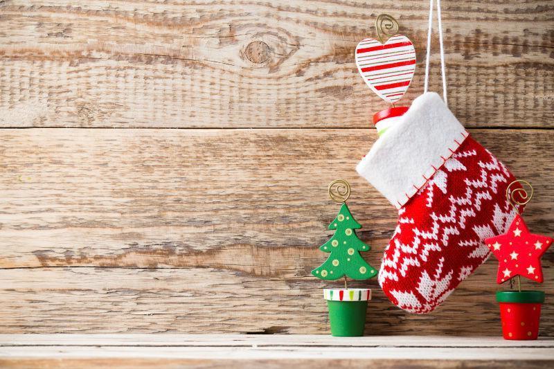 装饰着圣诞饰品的木墙