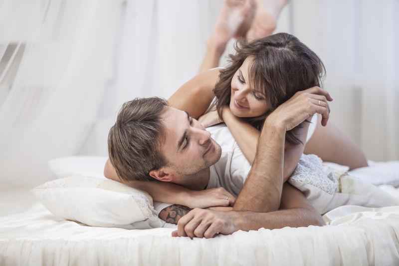 躺在丈夫背上的妻子