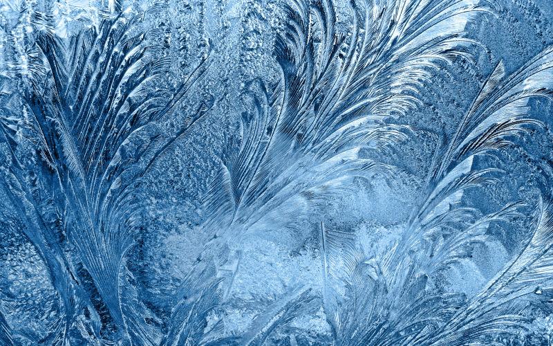 玻璃上的好看的冰霜