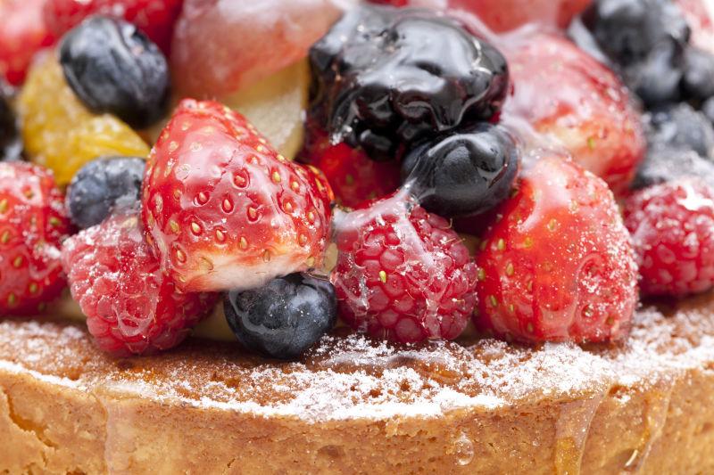 美味的草莓和黑莓水果蛋糕