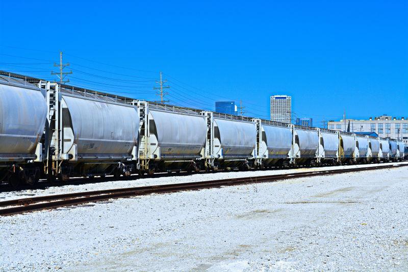 蓝天下铁轨上的货运列车