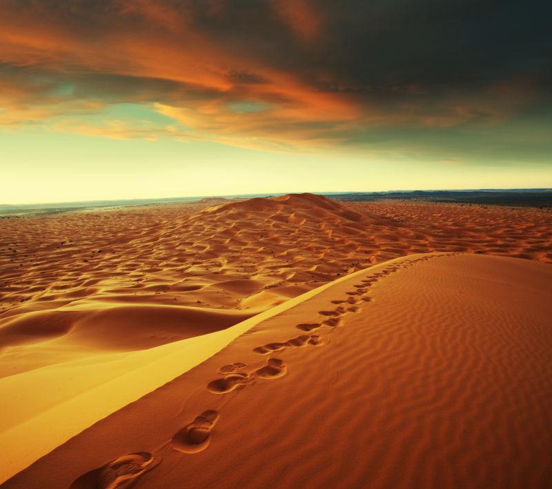 火烧云下面的沙漠