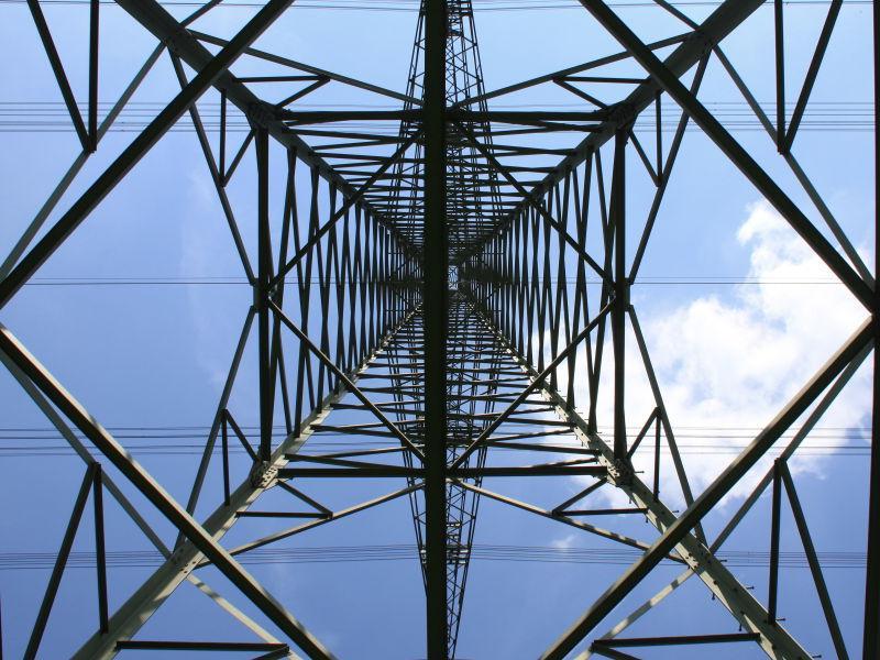 仰视下的电力塔