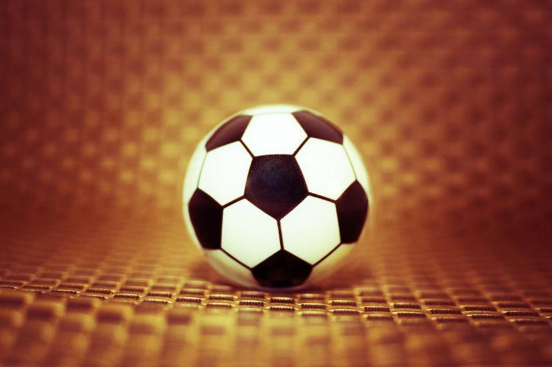 金色背景上的足球