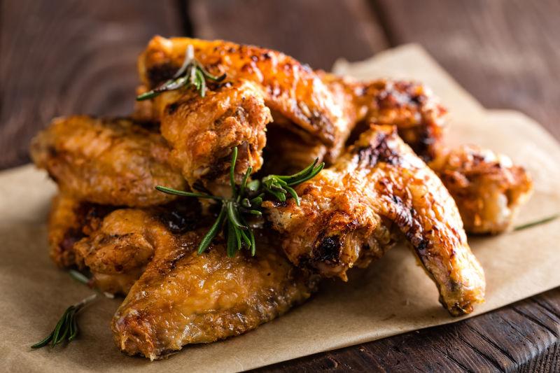 木桌上的美味炸鸡块