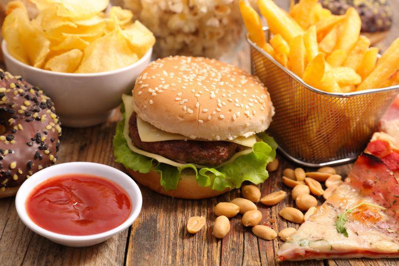 桌子上丰盛的快餐食品