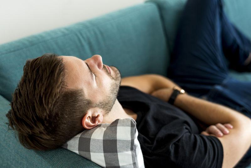 睡在沙发上的人