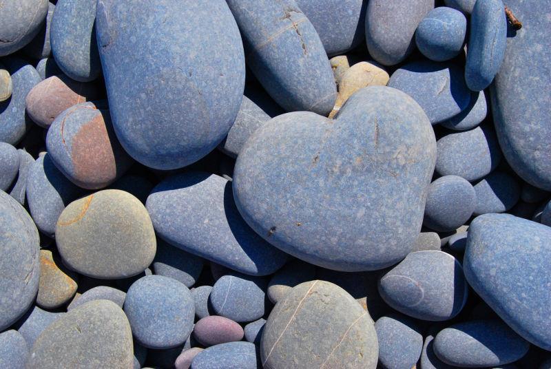 石头堆里的心形石头