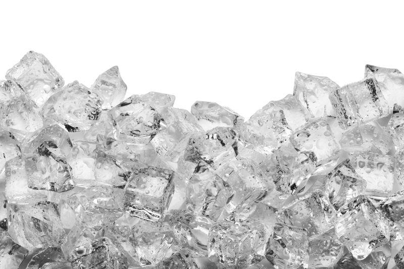 白色背景下的一堆冰块