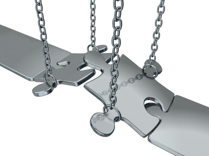 白色背景上带链子的银制拼图