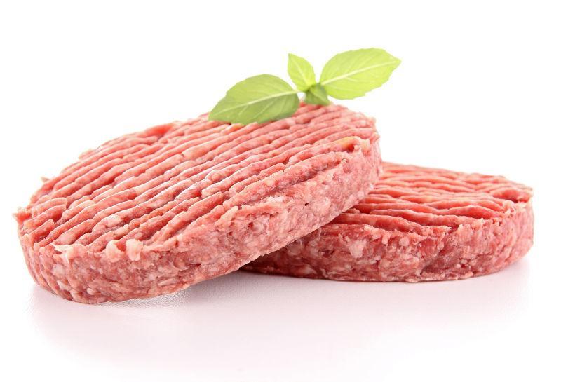 生肉块上放着一朵香菜