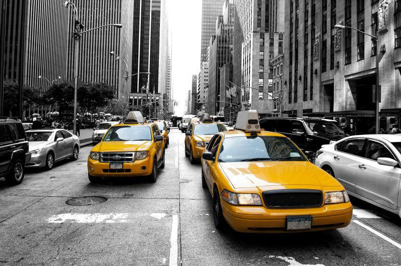 黑白背景中的黄色出租车