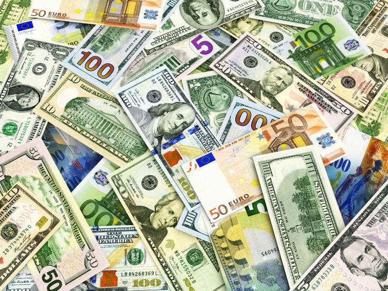 堆放在一起的各国纸币