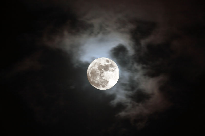 夜晚天空上美丽的圆月
