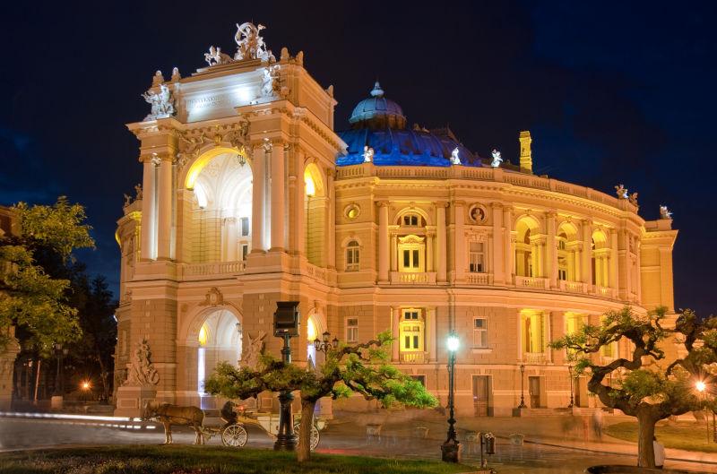 夜色下美丽的乌克兰剧院