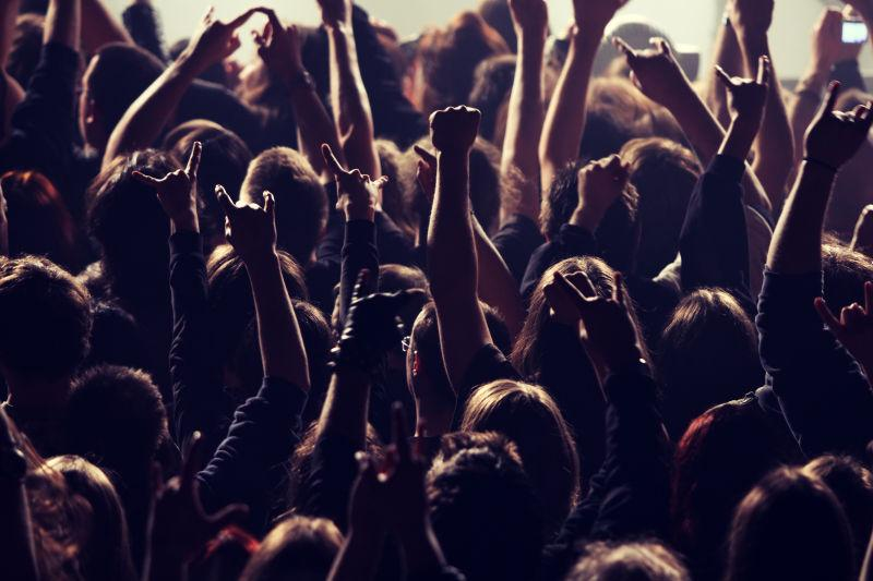 音乐会上挥舞双臂的人群