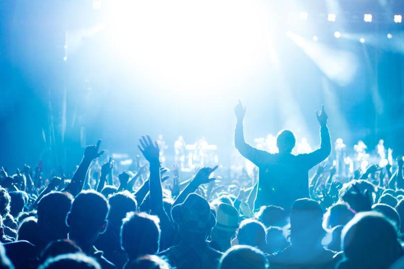 音乐会灯光下的人群