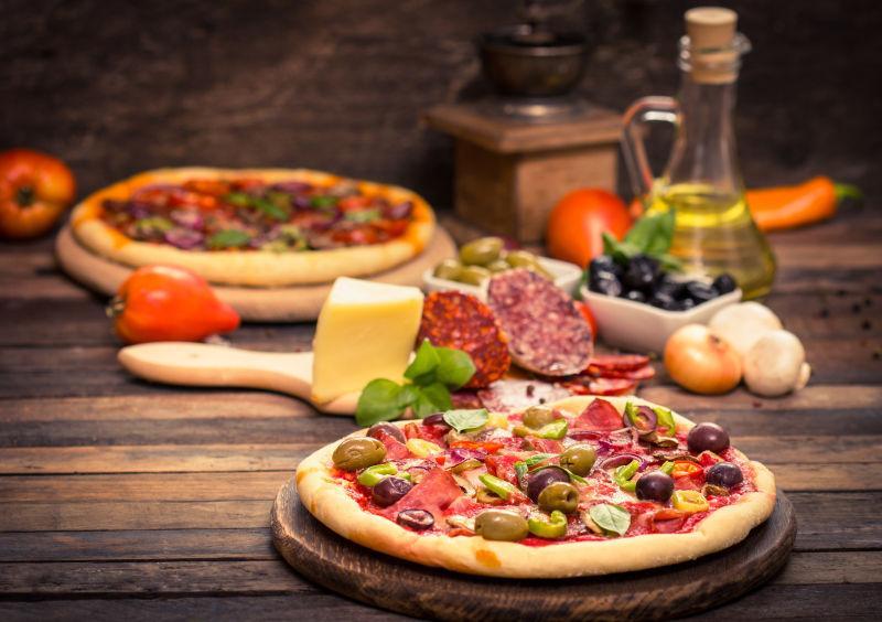 奶酪和蔬菜做的比萨