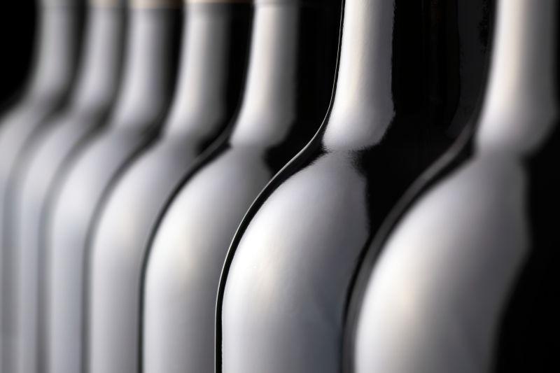 黑色背景上的酒瓶背景