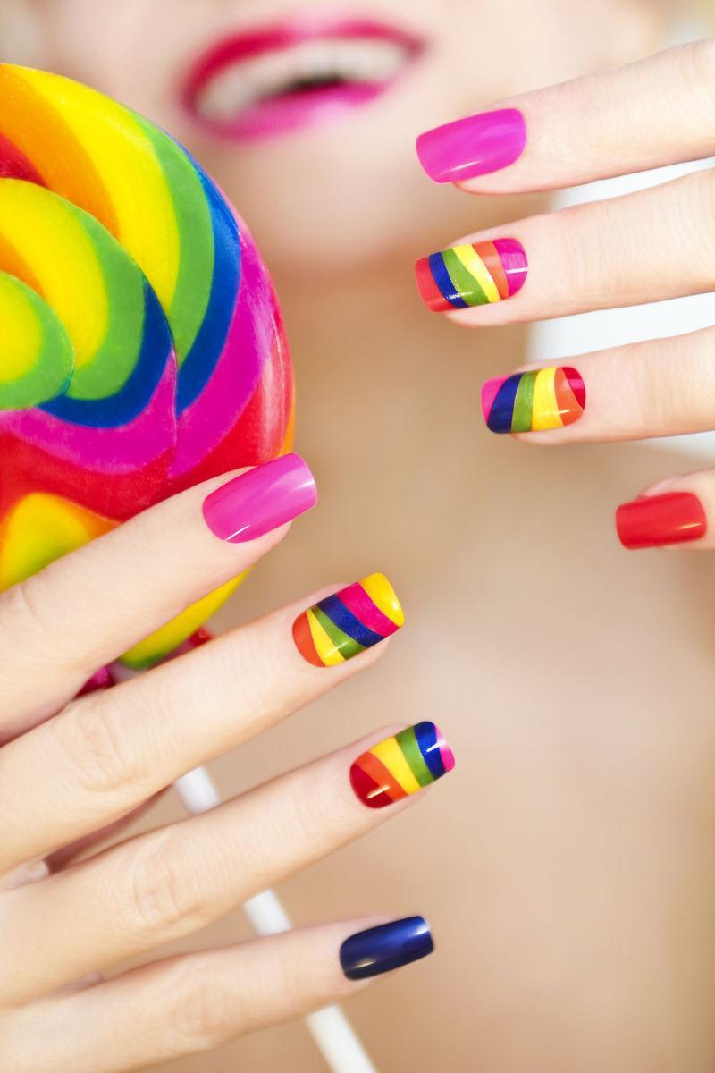 美女时尚的彩虹美甲