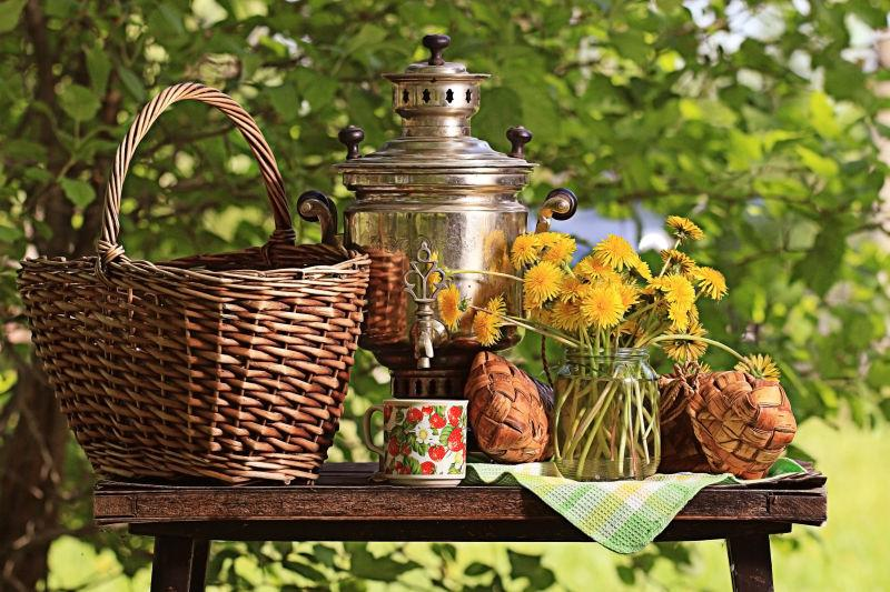 桌子上的木蓝和花瓶里的花束