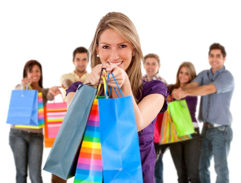 白色背景下双手拿着购物袋的快乐购物者组