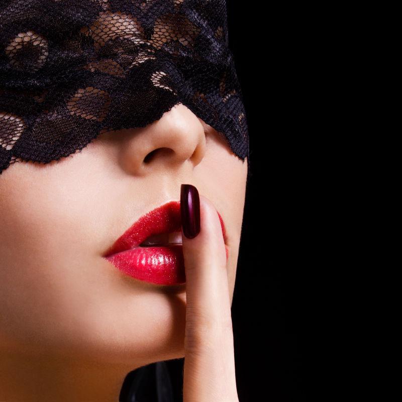 性感红唇女孩带花边面具