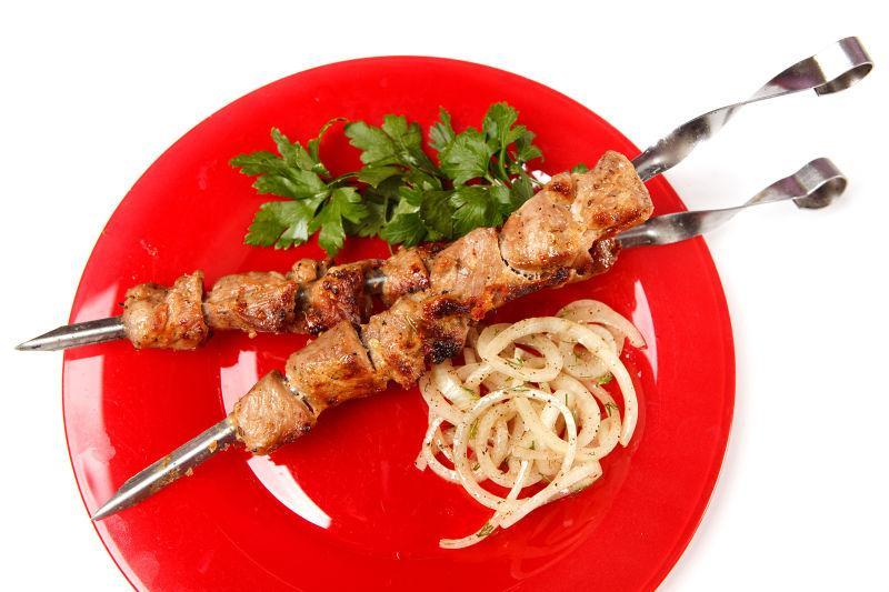 红色盘子里的烤肉串